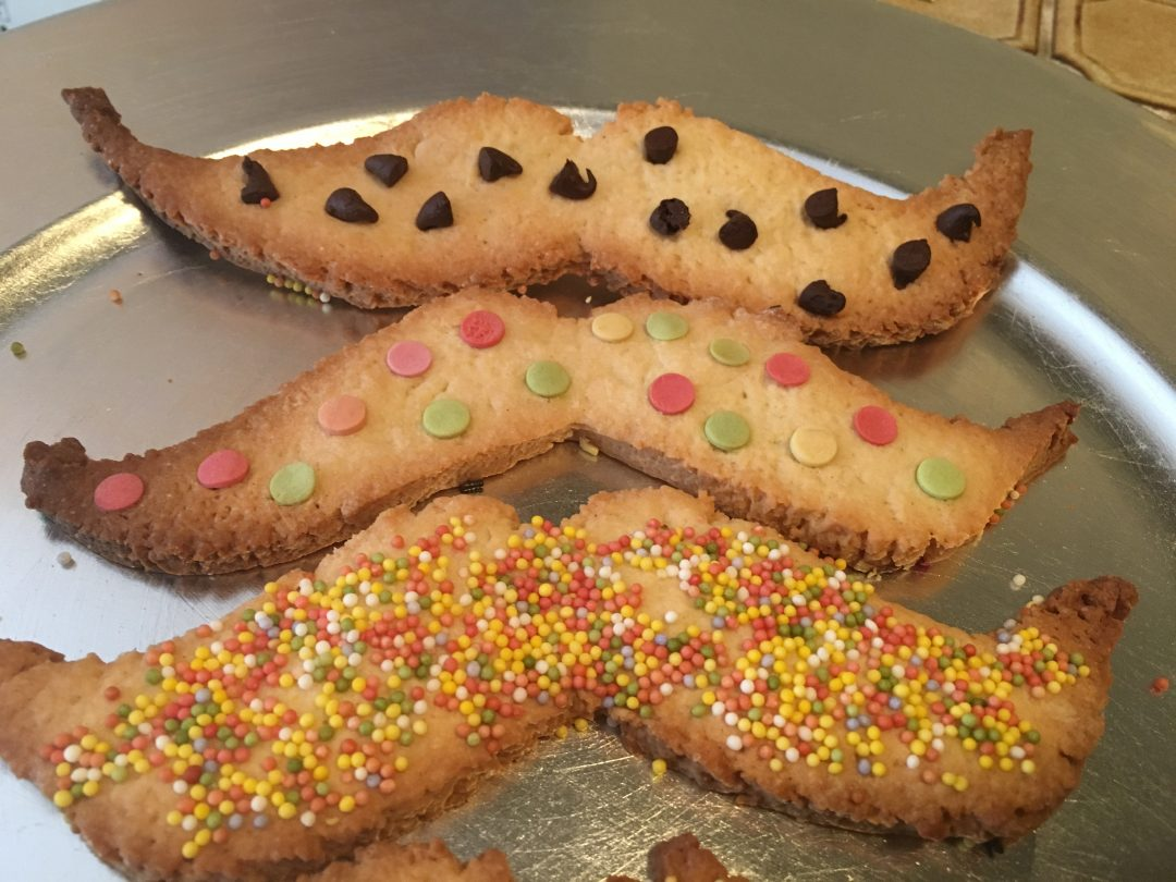 On prépare des biscuits moustache pour Papa Plume