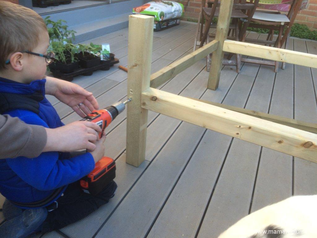Construction d'un carré potager surélevé pour vos enfants