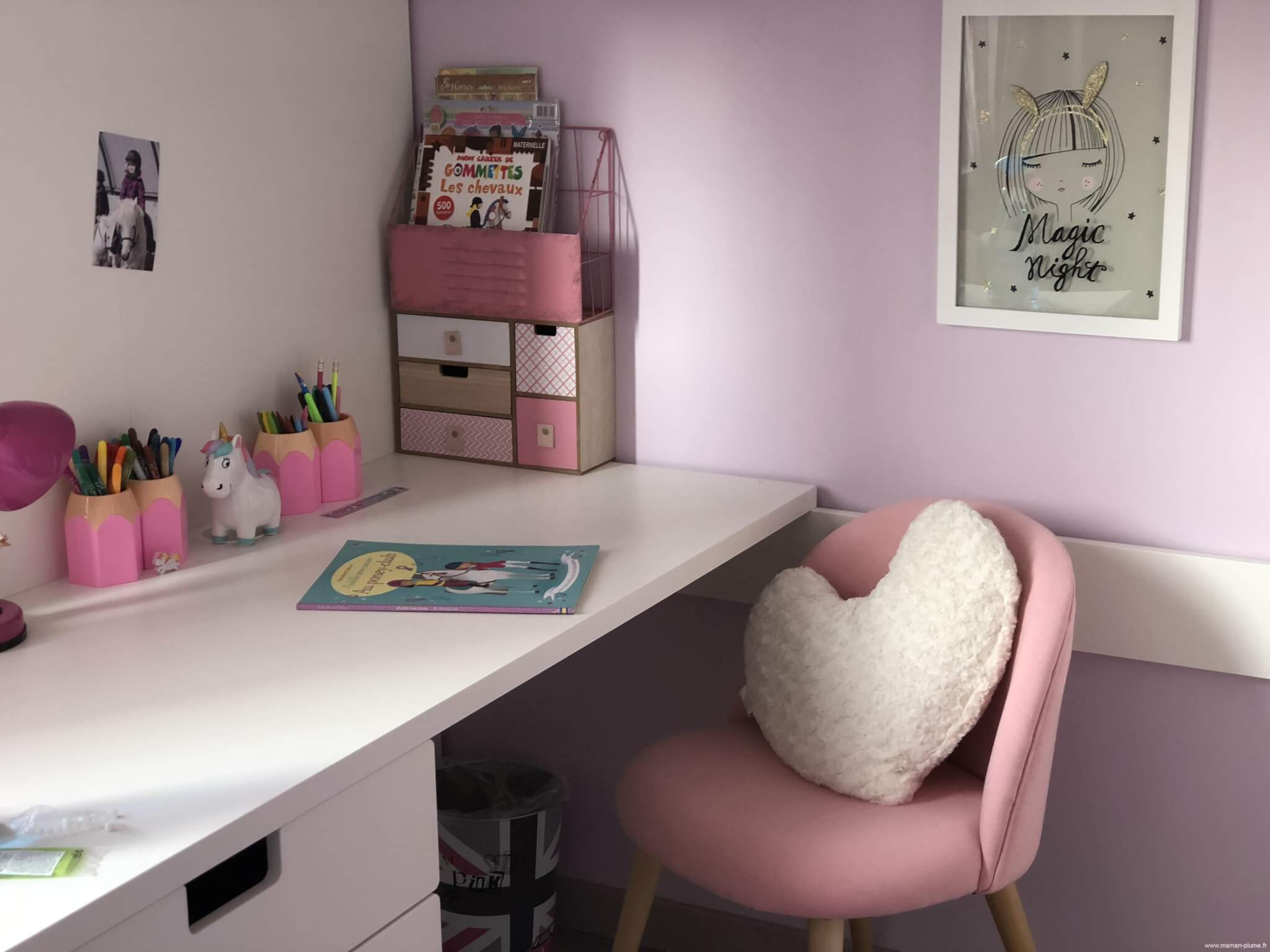 une petite chambre fille totalement girly et licorne bureau le blog de maman plume. Black Bedroom Furniture Sets. Home Design Ideas