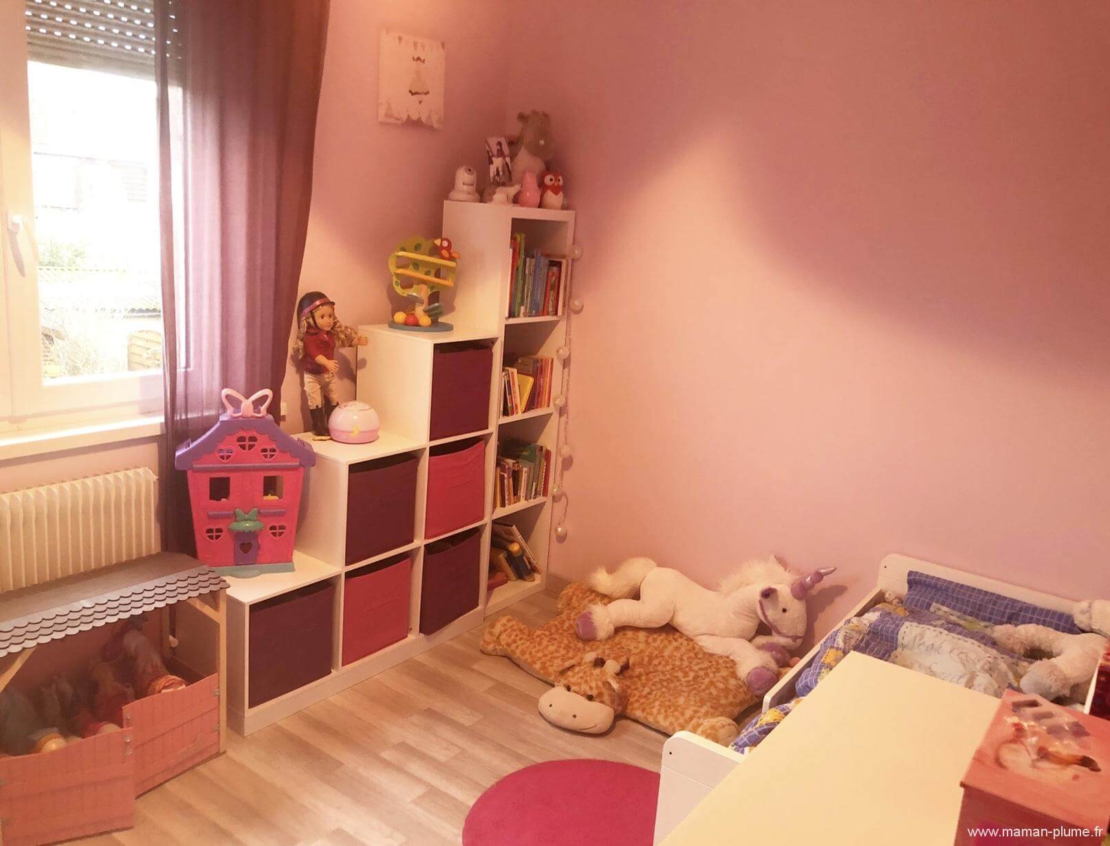une petite chambre fille totalement girly et licorne chambre bebe fille le blog de maman plume. Black Bedroom Furniture Sets. Home Design Ideas