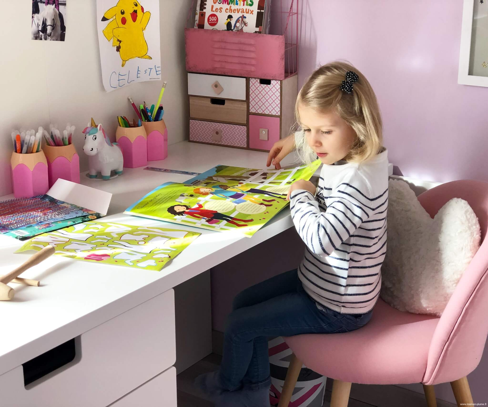 Une petite chambre fille totalement girly et licorne for Petit bureau chambre