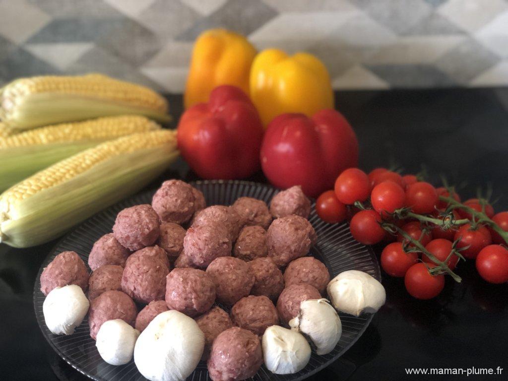 Brochettes de boulettes et maïs au barbecue